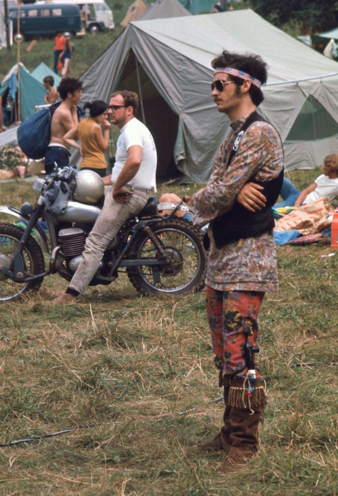 hippie en woodstock con ropa tribal